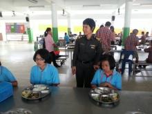 จ.ส.ต.หญิงอัญญาภรณ์ พละเดช และคณะเจ้าหน้าที่ตำรวจ ตรวจคนเข้าเมือง ได้นำอาหารกลางวันมาเลี้ยงเด็กๆนักเรียนโรงเรียนศรีสังวาลย์ขอนแก